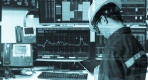Dubbel exponering av den hållande minnestavlan för teknikerman för aktiemarknad Fotografering för Bildbyråer