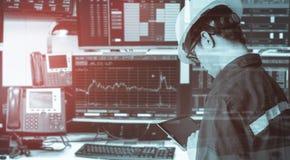 Dubbel exponering av den hållande minnestavlan för teknikerman för aktiemarknad Arkivbild