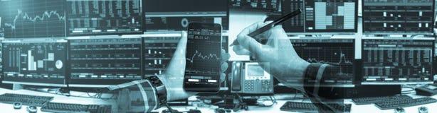 Dubbel exponering av den hållande smartphonen för hand med aktiemarknadquo Arkivbilder