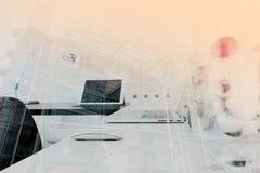 dubbel exponering av den moderna kontorsarbetsplatsen med bärbar datordatoren Arkivbilder