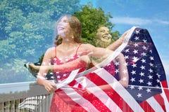 Dubbel exponering av den patriotiska kvinnan Arkivfoton