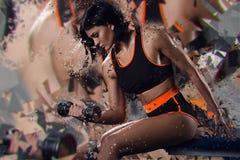 Dubbel exponering av den sportiga kvinnan med hanteln omformning Royaltyfria Foton