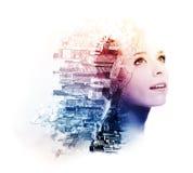 Dubbel exponering av den unga kvinnan med metropolisen och doogwood Royaltyfria Foton