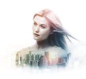 Dubbel exponering av den unga kvinnan och skyskrapor arkivbild