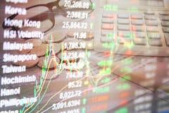 Dubbel exponering av diagrammet för graf för börsmarknad och materieldata på bildskärm på bakgrund för pengar- och besparingkonto Arkivbild
