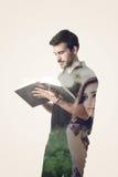 Dubbel exponering av en man som läser en bok och ett längta efter H för flicka royaltyfria foton