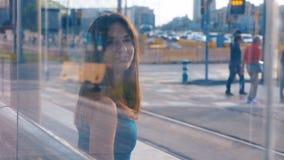Dubbel exponering av en ung attraktiv kvinna som sitter på bussen eller tunnelhållaren Flicka med sin mobiltelefon Skriva in en lager videofilmer