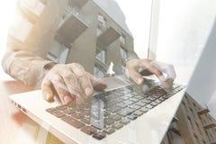 Dubbel exponering av handen för affärsman som arbetar på bärbar datordatoren Royaltyfria Bilder