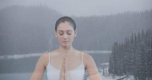 Dubbel exponering av kvinnan som mediterar i natur Royaltyfri Bild