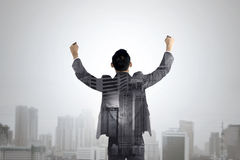 Dubbel exponering av lönelyften för affärsman hans händer Arkivfoto