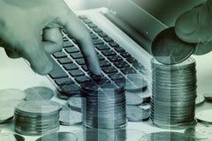 Dubbel exponering av labtop av mynt för finans- och bankrörelsebegrepp Fotografering för Bildbyråer