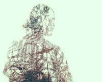 Dubbel exponering av människan med naturmodeller arkivbilder