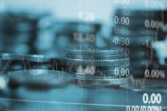Dubbel exponering av myntbunten med boaen för aktiemarknadskärmdiagram royaltyfri foto