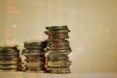 Dubbel exponering av myntbunten med boaen för aktiemarknadskärmdiagram royaltyfri illustrationer