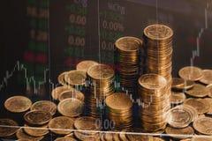 Dubbel exponering av myntbunten med boaen för aktiemarknadskärmdiagram arkivfoton