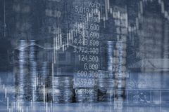 Dubbel exponering av myntbunten med boaen för aktiemarknadskärmdiagram royaltyfri fotografi