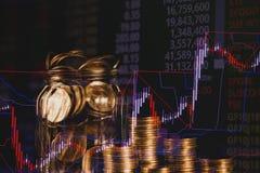 Dubbel exponering av myntbunten med boaen för aktiemarknadskärmdiagram arkivfoto