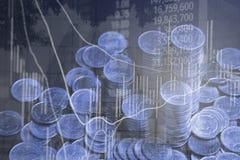 Dubbel exponering av myntbunten med boaen för aktiemarknadskärmdiagram royaltyfri bild