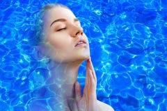 Dubbel exponering av pölkrusningen för framsida och för blått vatten royaltyfria bilder