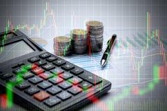 Dubbel exponering av räknemaskinen och myntpengar med aktiemarknadnolla royaltyfri foto
