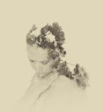 Dubbel exponering av röda blommor i den härliga unga kvinnan svartvit bild, tappningeffekt Arkivbilder