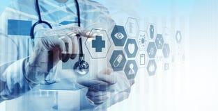 Dubbel exponering av smart arbete för medicinsk doktor Arkivfoto