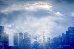 Dubbel exponering av staden med himlen Arkivfoto