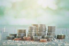Dubbel exponering av staden och rader av mynt Royaltyfri Foto