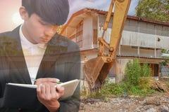 dubbel exponering begreppsaffärsman med inskrivning med undertecknande dokument för hand i arbetsplats för konstruktionsplats Royaltyfri Foto