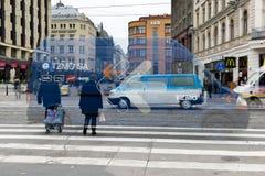 dubbel exponering Den abstrakta bilden av stads- rusar och upptaget Royaltyfri Bild