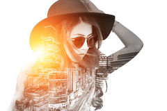 Dubbel exponering, härlig flicka och cityscape arkivfoton