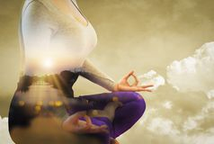 Dubbel exponering - lugn fr?n yogakvinna vid meditationen som renar meningen, bakgrundsafton efter solnedg?ng, med begrepp av arkivfoton