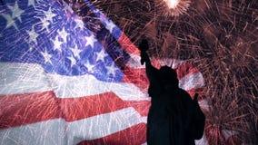 Dubbel exponering med amerikanska flaggan, fyrverkerier och statyn av frihet för Memorial Day och självständighetsdagen arkivfilmer