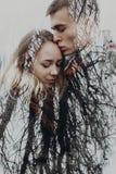 Dubbel exponering med par- och trädfilialer i höst parkerar Se royaltyfri foto