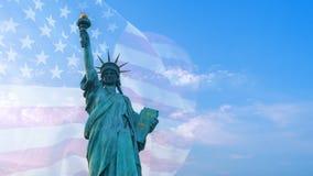 Dubbel exponering med statyn av frihet på blå himmel och USA flaggan som blåser i vinden med copyspace