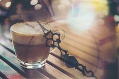 Dubbel exponering per koppen kaffe med den retro klockan Arkivbild