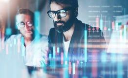 dubbel exponering Två materieltraiders som gör analys av digital marknad och investering i crypto valuta för kvarterkedja arkivfoton