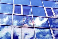 Dubbel exponering Windows av en byggnad med reflekterande moln, natur, berg, hav, skepp Arkivbild