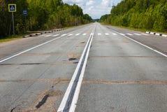 Dubbel fortlöpande remsa för vit på asfalten fotografering för bildbyråer