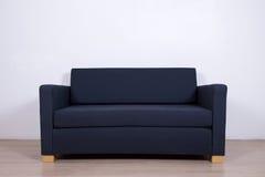 Dubbel grå soffa i vardagsrum royaltyfria foton