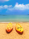 Dubbel kajak på stranden Arkivbilder