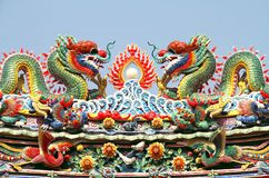 Dubbel kinesisk drake på tempeltaket Fotografering för Bildbyråer