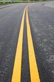 dubbel linje teckenyellow Arkivfoton