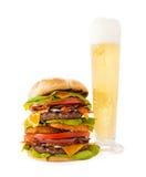 Dubbel ostburgare för bacon med högväxt öl royaltyfri foto
