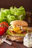 Dubbel ostburgare med tomaten och löken Royaltyfri Bild