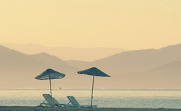 Dubbel parasoll på en strand Royaltyfria Bilder