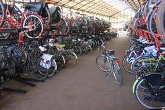 Dubbel parkeren voor fietsen Stock Foto's