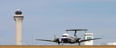 Dubbel propellervliegtuig op baan Stock Foto's