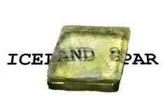 Dubbel refraktion av text i kristall för Island mast Calciteprov med optisk dubbelbrytning royaltyfri bild