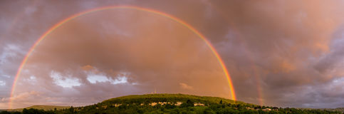 Dubbel regnbåge över Bathampton fotografering för bildbyråer